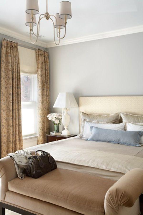 Кушетка у подножия кровати в спальне
