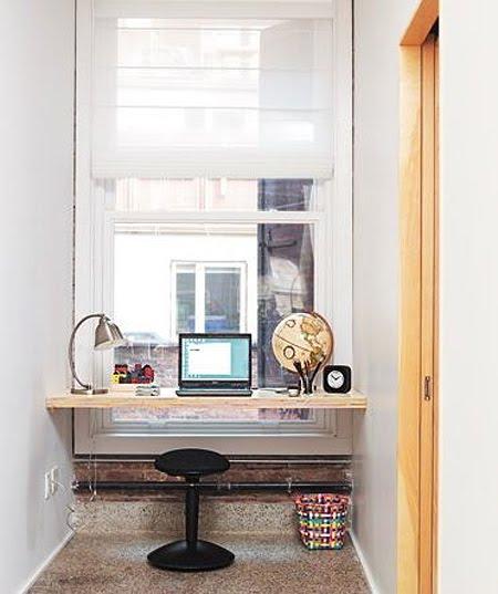 Небольшой кабинет у окна