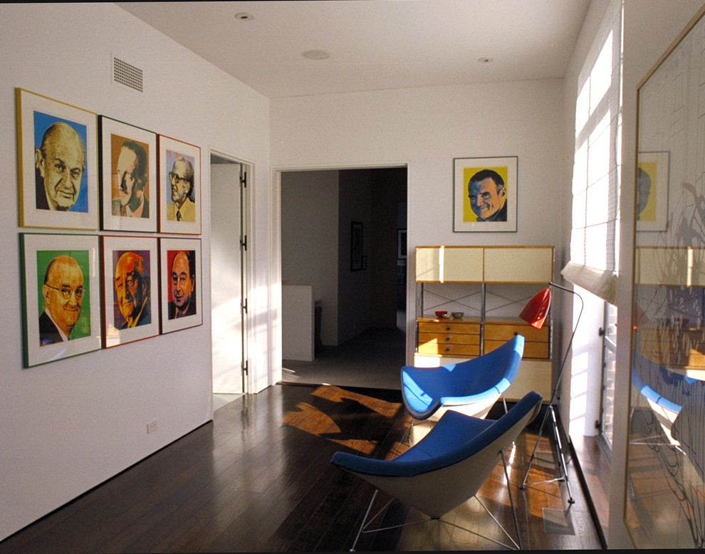 Яркие фотографии на стене в коридоре
