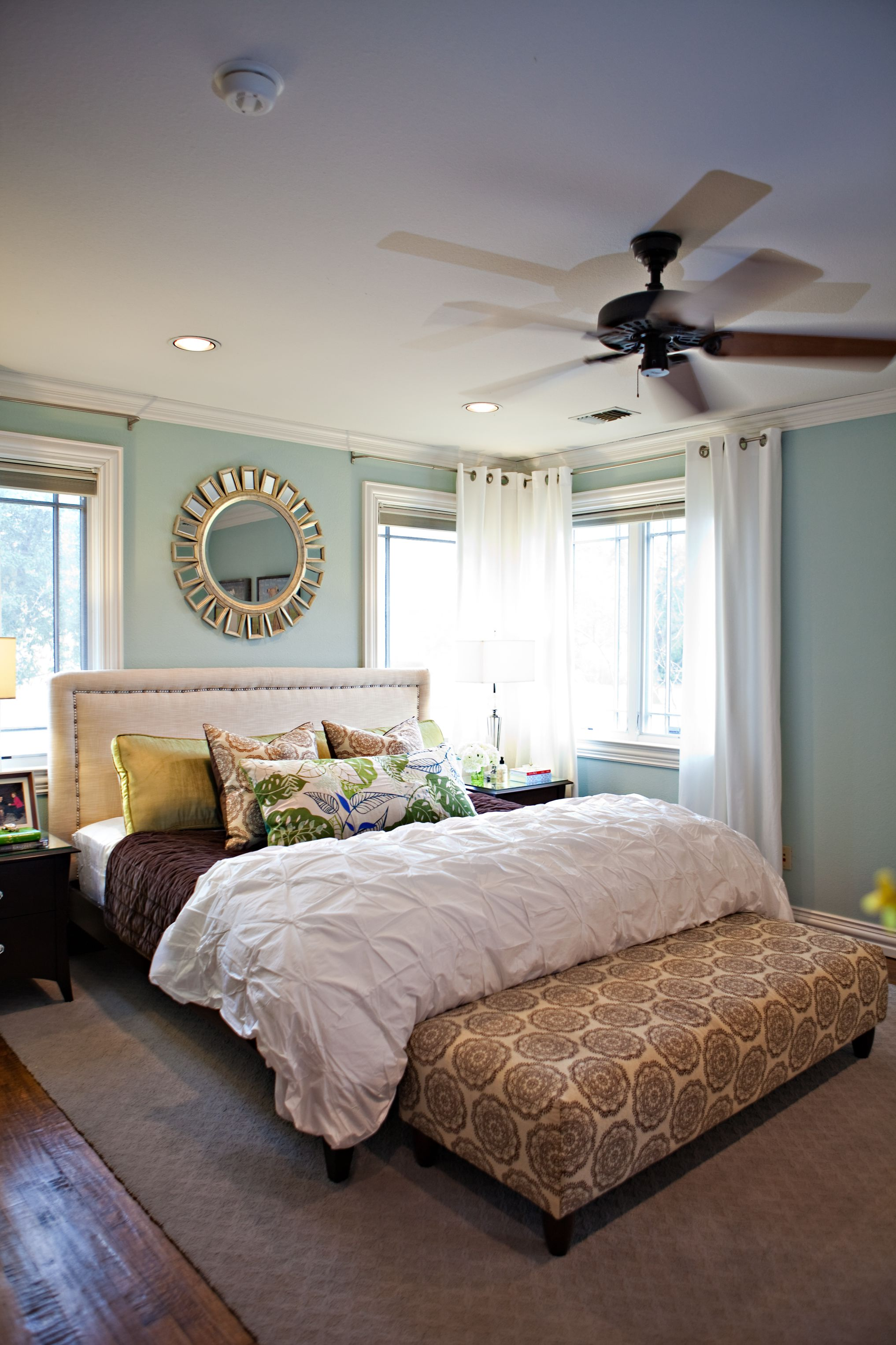 Однотонные подушки и обивка кровати