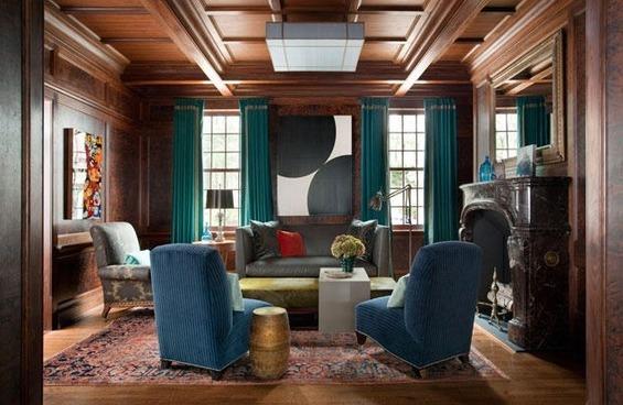 Однотонная обивка на креслах в гостиной