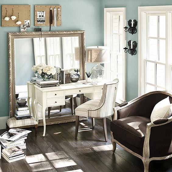 Большое зеркало в кабинете
