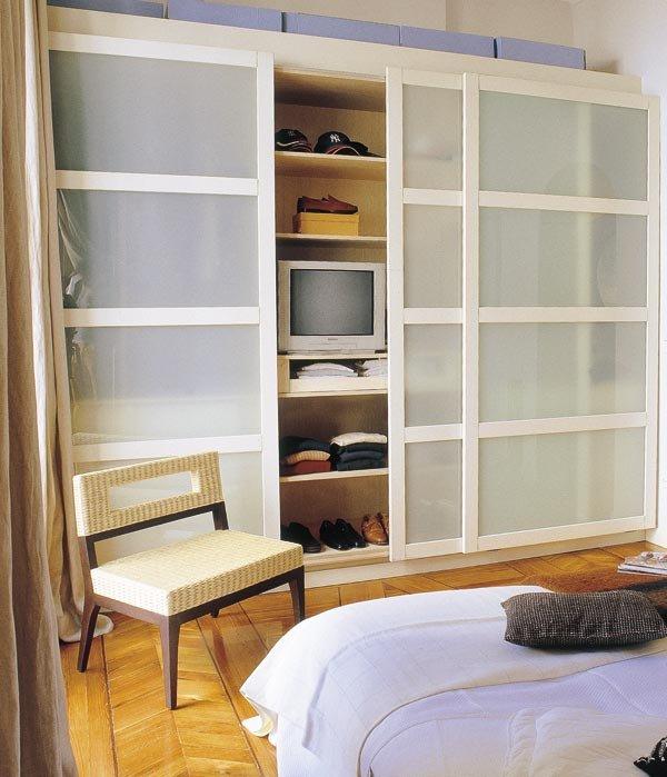 Большой шкаф в спальне