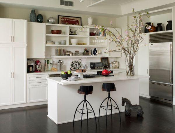 Открытые полки на кухне с островом