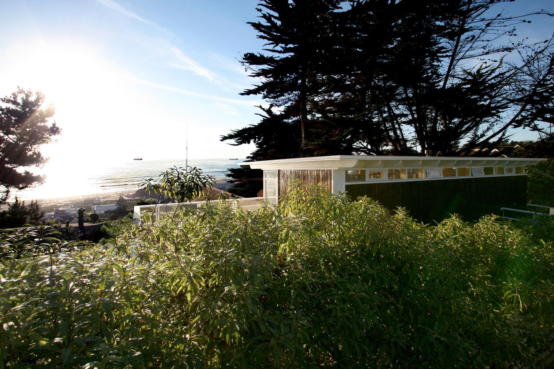 Современный дом с видом на океан
