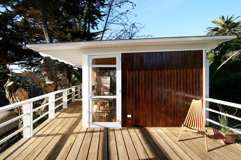 Терраса современного дома с гаражом