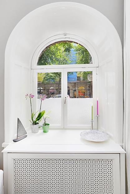 Закруглённое окно с удлинённым подоконником