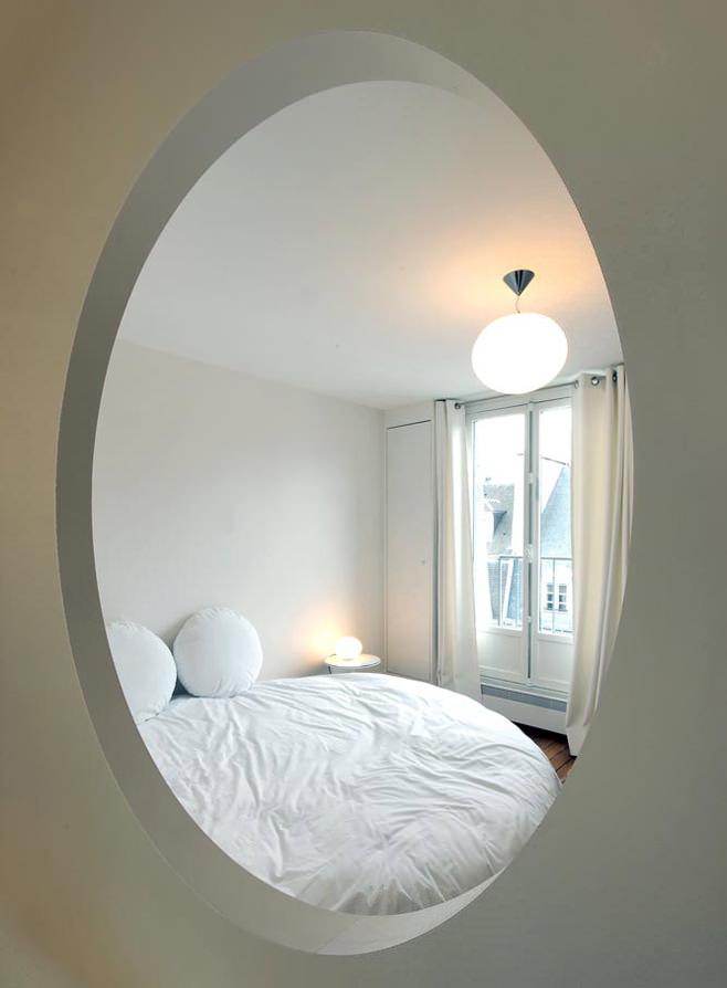 Окно в спальне оригинальной студии в Париже