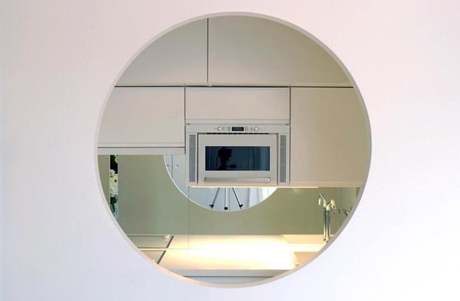 Окно на кухне оригинальной студии в Париже