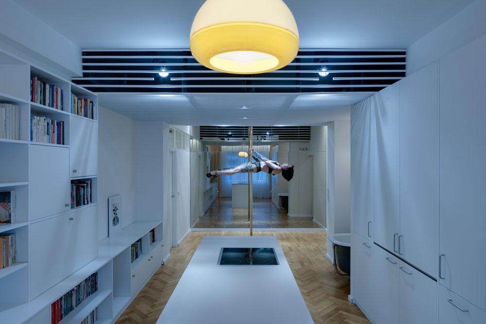 Cовременный дизайн небольшой квартиры  - шест посреди комнаты