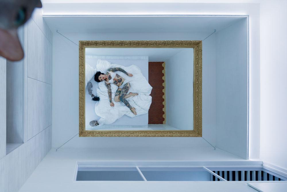 Cовременный дизайн небольшой квартиры  - зеркало на потолке