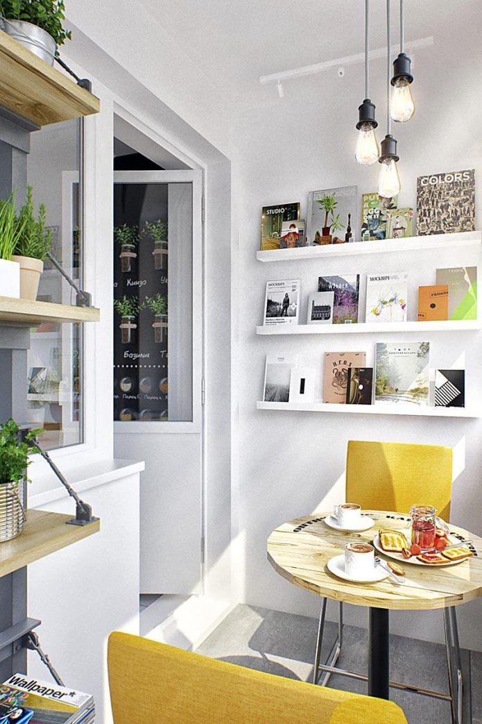 Балкон маленькой квартиры-студии в Москве