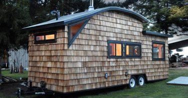 Вечерний интерьер дома на колёсах строителя из Ванкувера