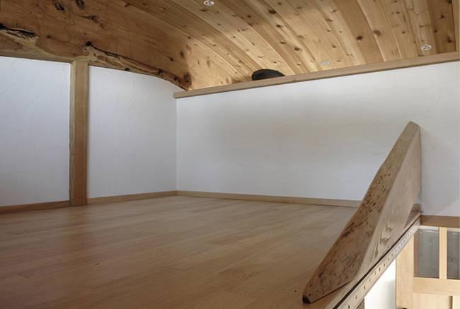 Интерьер дома на колёсах. Неповторимая спальня с отделкой цельным кедром- фото 1