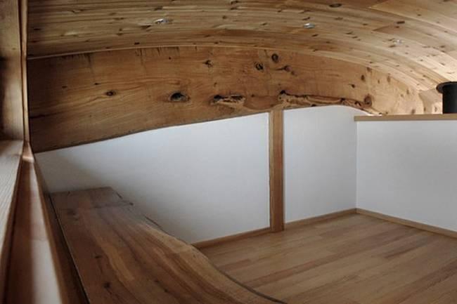 Интерьер дома на колёсах. Неповторимая спальня с отделкой цельным кедром - фото 2