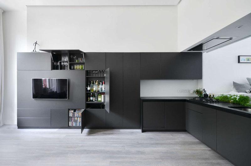 Кухонный уголок и медиа-зона в чёрном цвете
