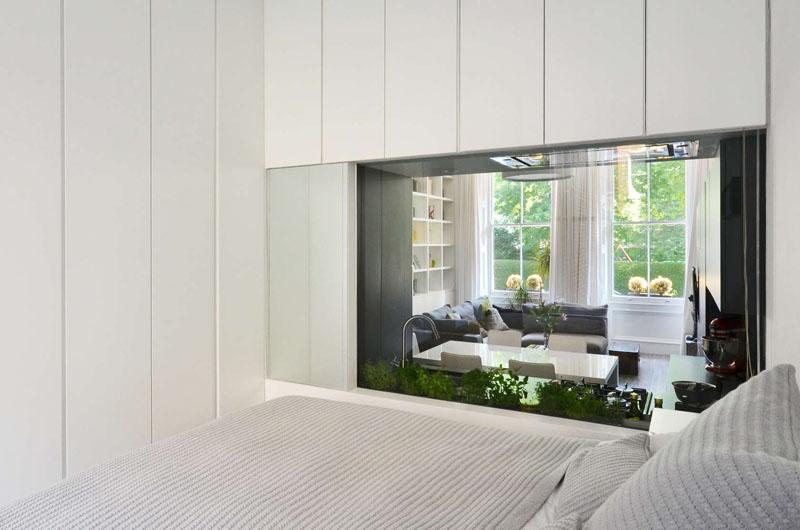Спальня с окном в гостиную