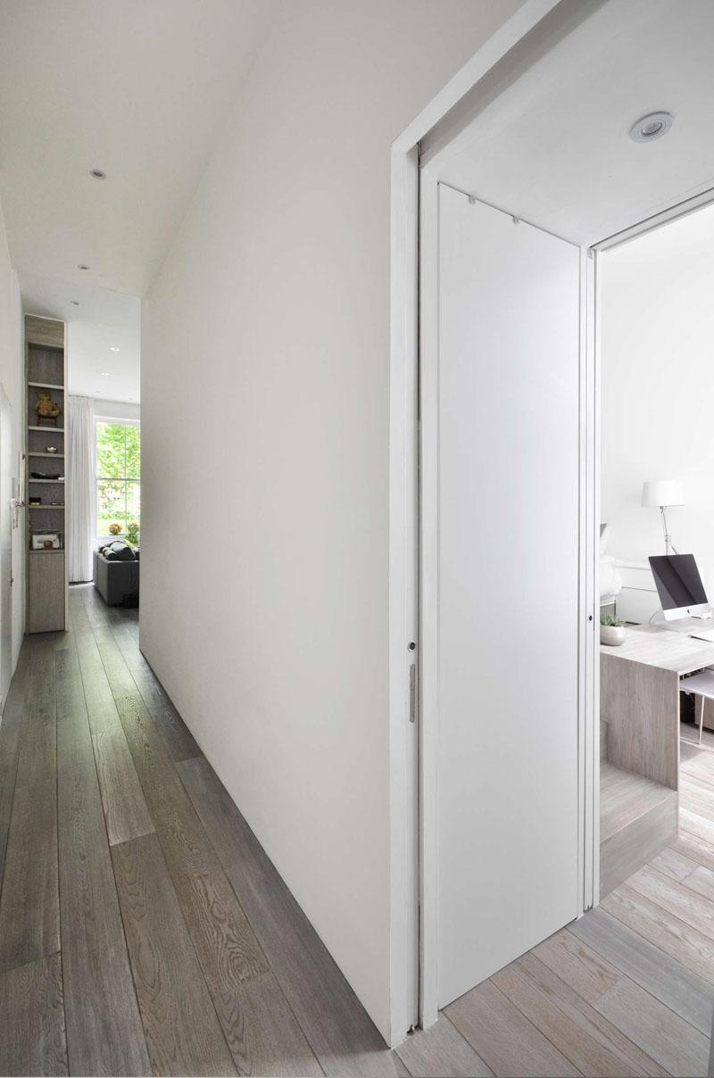 Узкий коридор в небольшой квартире