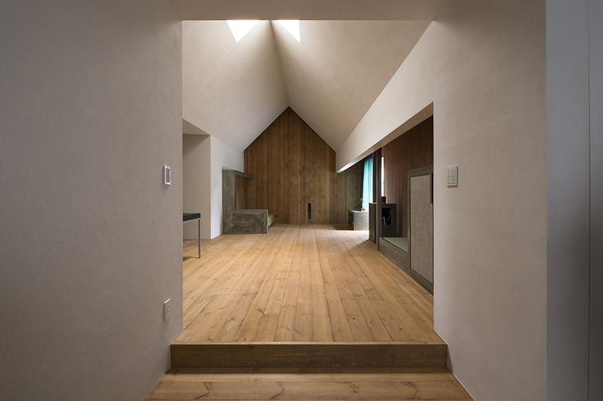 Деревянная отделка в интерьере современного маленького дома