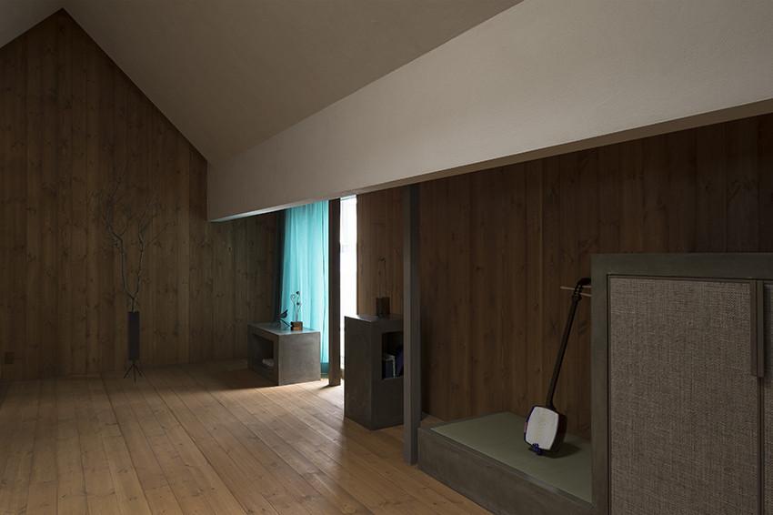 Колонны в интерьере современного маленького дома