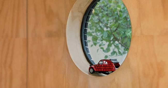 Проект маленького жилого дома. Небольшое круглое окно идеально вписывается в общий дизайн