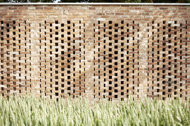 Кирпичная кладка в дизайне современного сарая