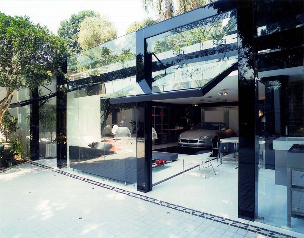 Современный гараж со стеклянными воротами