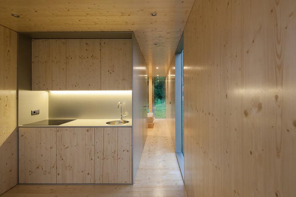 Необычный экстерьер дома. Вид на небольшую кухню