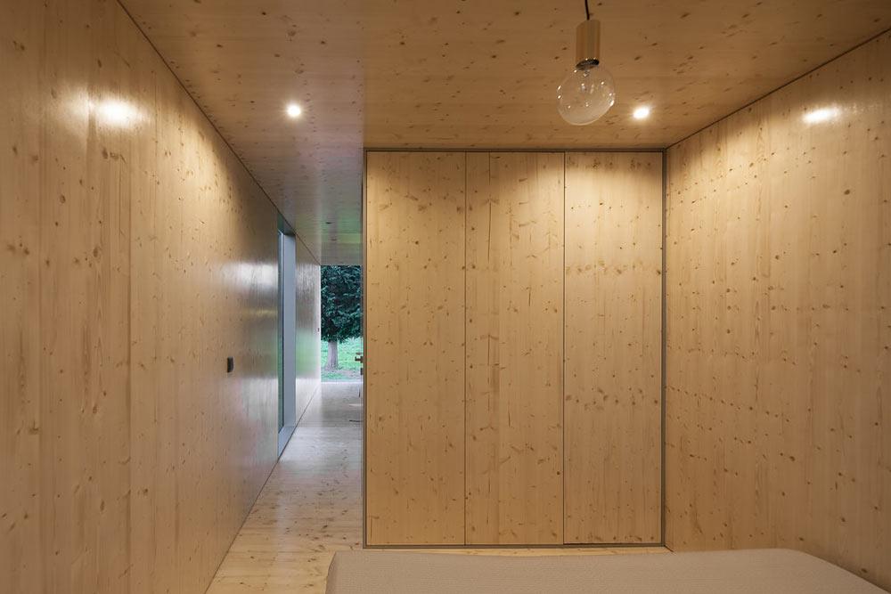 Необычный экстерьер дома. Вид на дверь в ванную комнату
