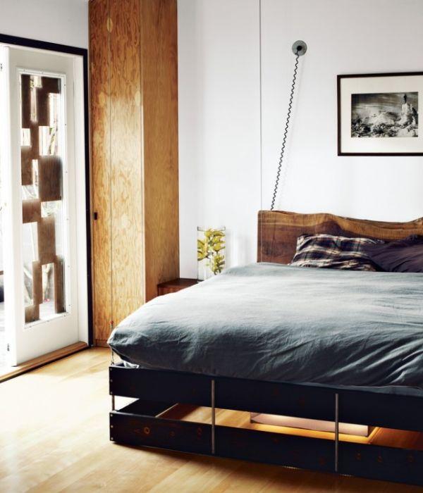 Кровать, спущенная с потолка