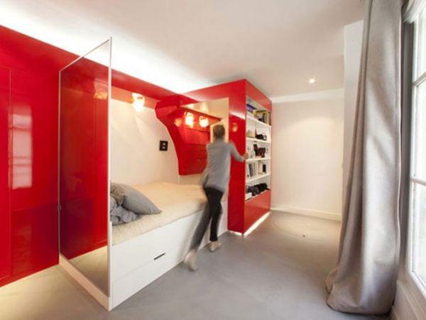 Компактная кровать, скрытая за скользящим модулем