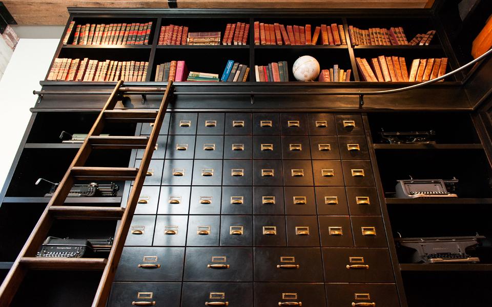 Раскладная кровать Murphy в виде книжного шкафа