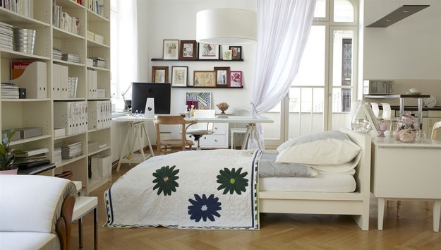 Большой стеллаж в спальне