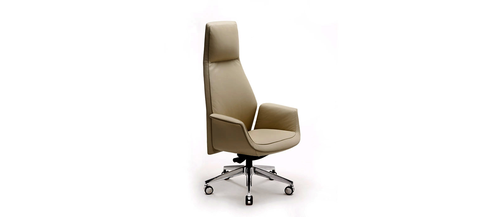 Офисное кресло на колёсах