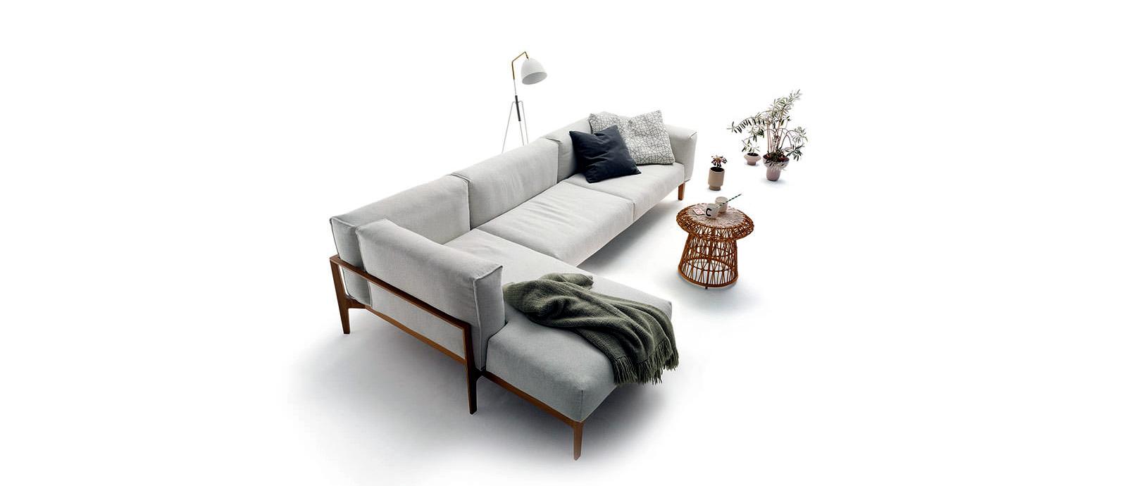 Угловой диван и плетёный журнальный столик