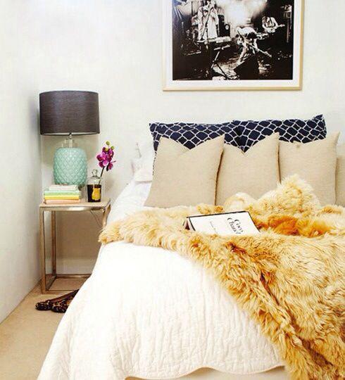 Картина над изголовьем кровати