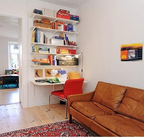 Полки для книг над рабочим столом