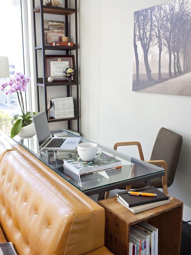 Рабочий стол за диваном