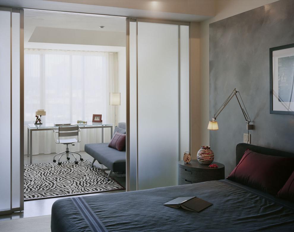 Полупрозрачные двери из спальни в кабинет