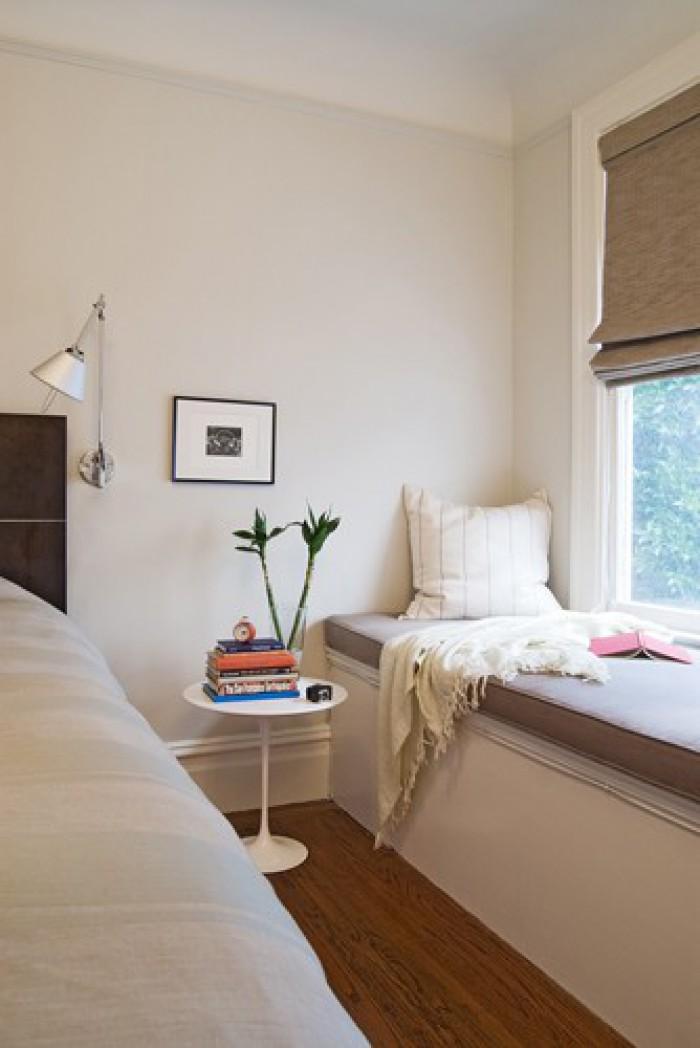 Маленькая тумбочка у спального места