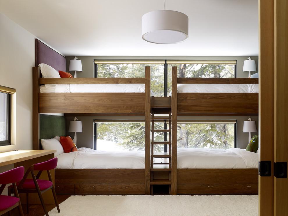 Двухуровневая четырёхместная кровать в детской