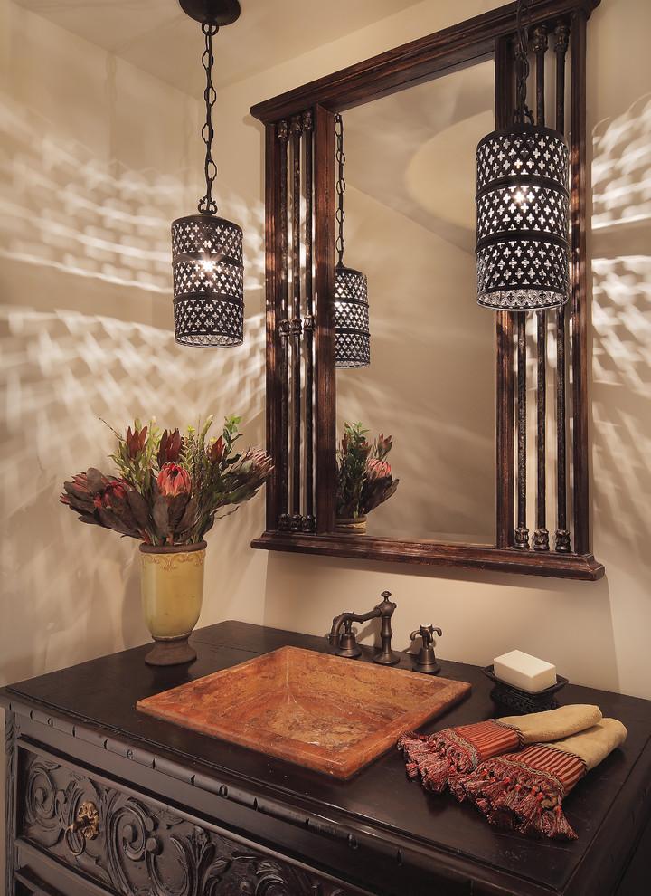 Подвесные светильники у зеркала