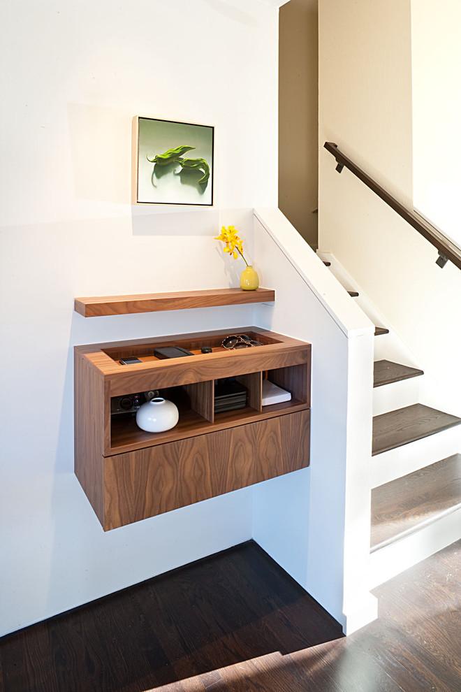 Подвесная тумбочка у лестницы