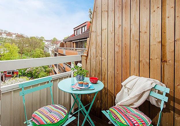 Столик и стулья на балконе