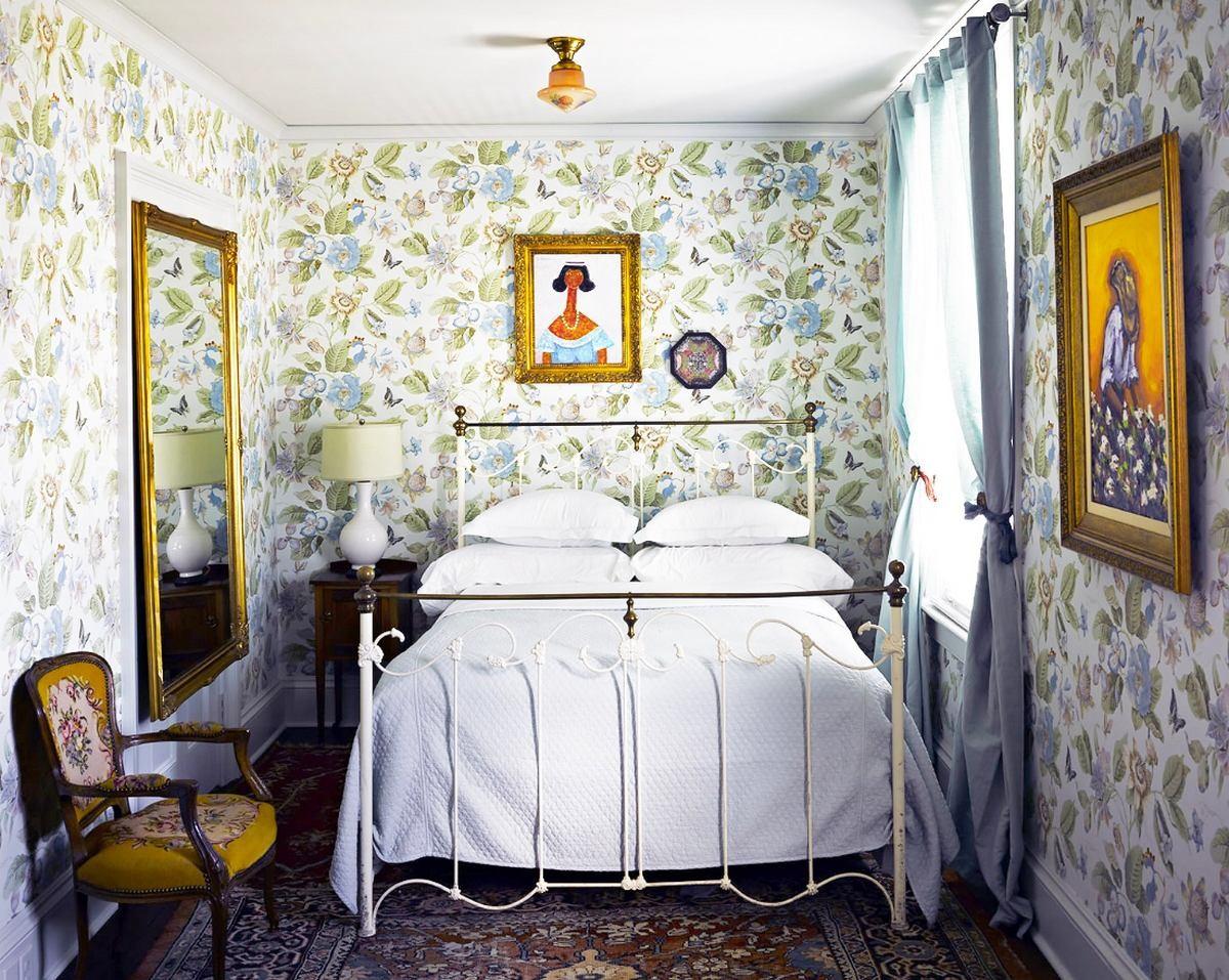 Обои с цветочным принтом в спальне