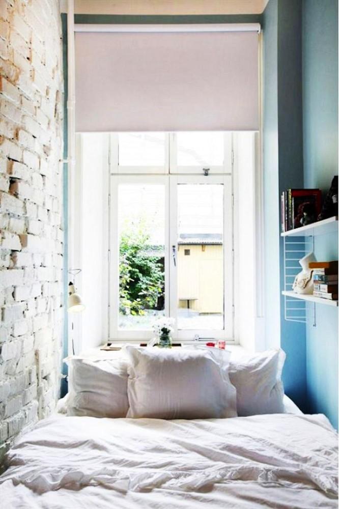 Состаренная кирпичная стена в спальне