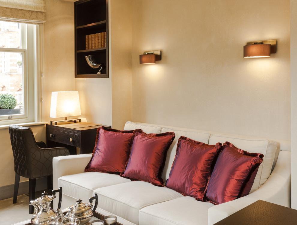 Рабочий уголок в гостиной стильной малогабаритной квартиры