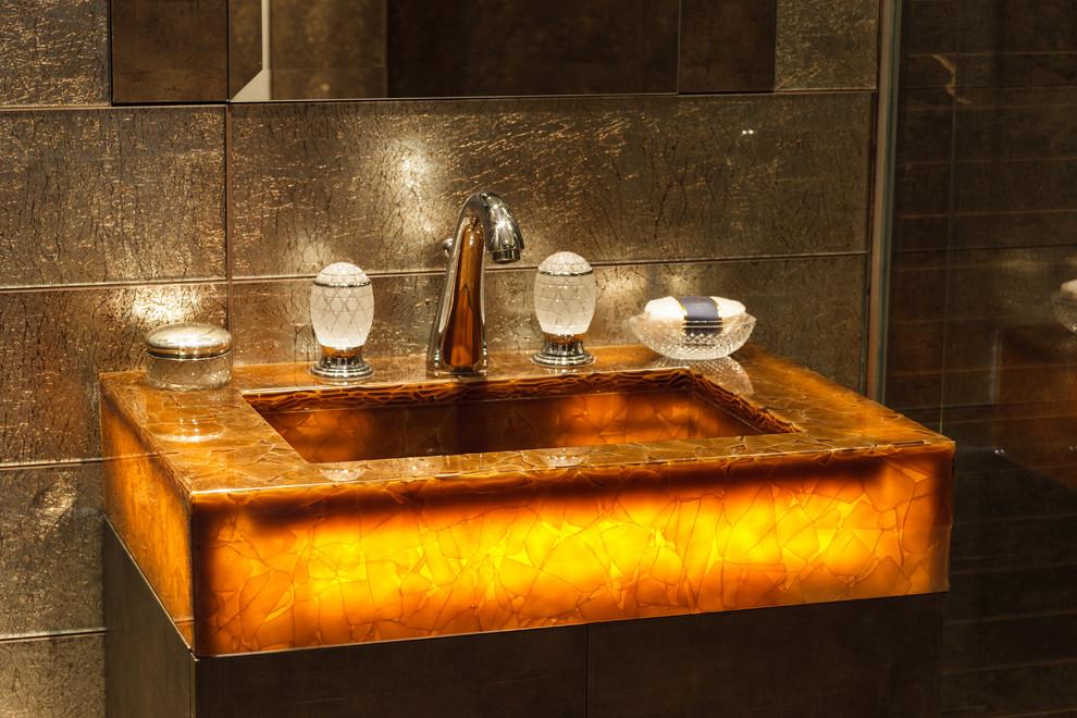Оригинальная раковина в ванной стильной малогабаритной квартиры