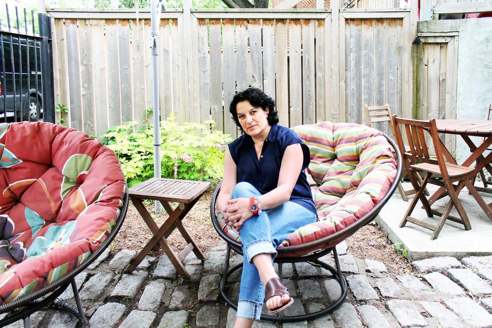 Мягкие кресла во дворе