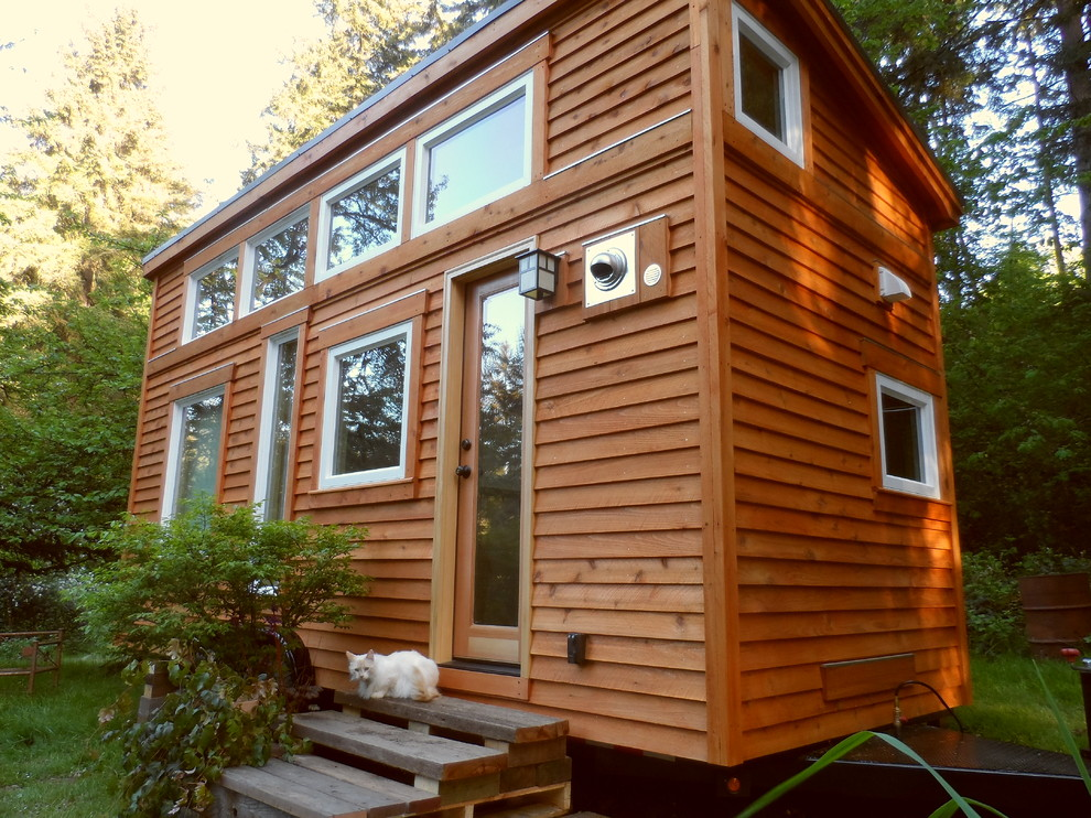 Деревянный фасад двухуровневого дома